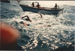 in een groepje zwemmen